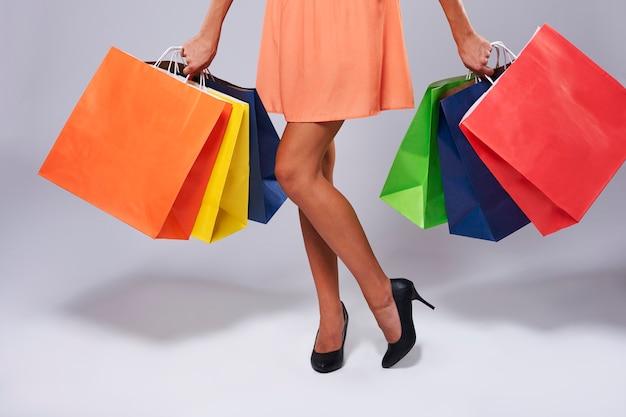 紙袋を持つ女性の低いセクション