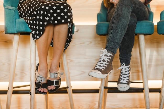 바에서 의자에 앉아있는 여성의 낮은 섹션