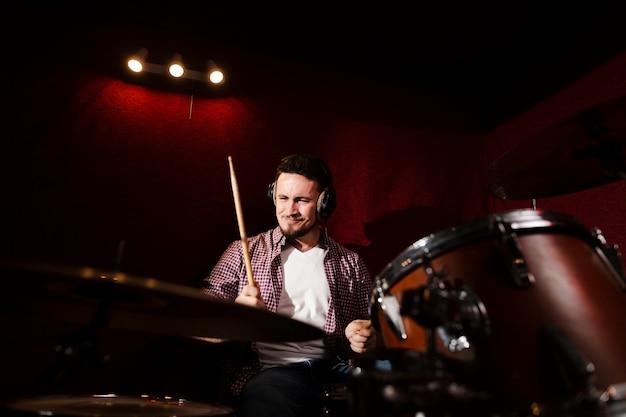 Низкий взгляд человека, играющего на барабанах
