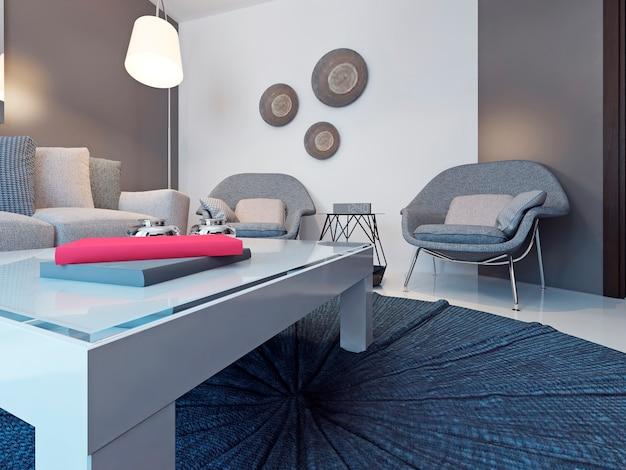 Низкий столик на круглом ковре с бело-серыми стенами с мягкой мебелью, журнальным столиком и торшером.