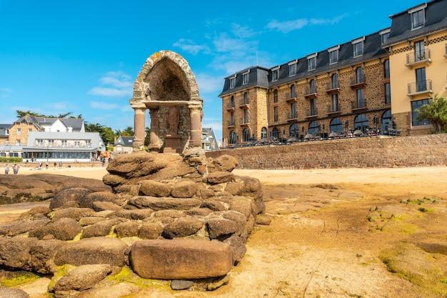 フランス、ブルターニュのコートダモール県ペロスギレックの町にあるラプラージュサンギレックの聖域での干潮。