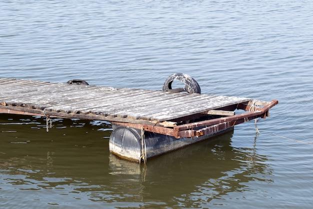 湖の潮と木製のドック