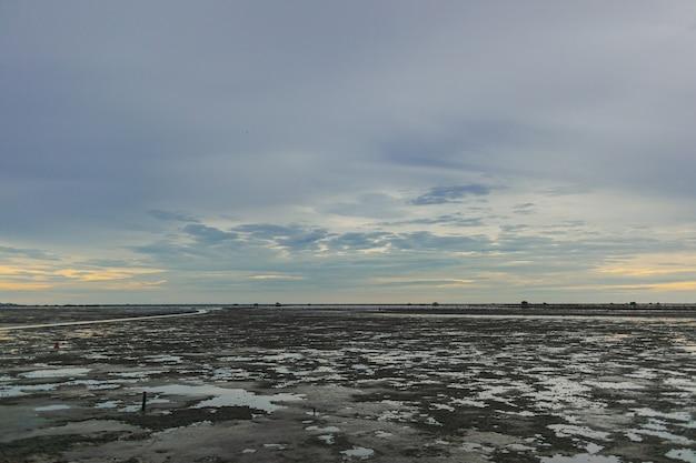 저녁에 진흙 바다의 간조 표시 지역