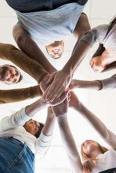 Низкий вид сообщества людей, держась за руки