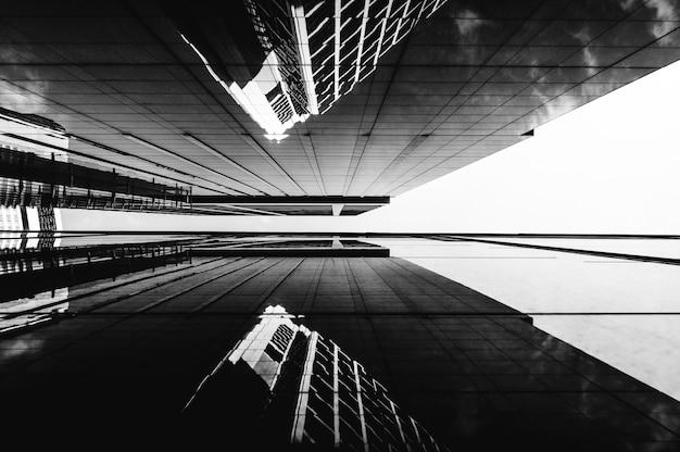 ロービューモダンな高層ビルのオフィスビル
