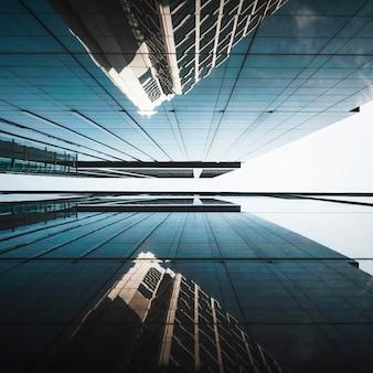 Низкий вид современных небоскребов офисных зданий