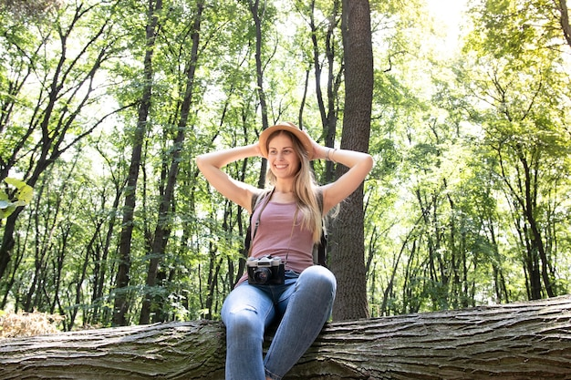 Низкий вид выстрел женщины в лесу