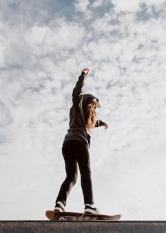 낮은보기 스케이팅 소녀와 하늘