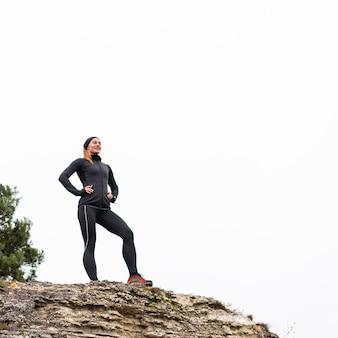 Спортивный женский бегун с низким углом обзора при дневном свете