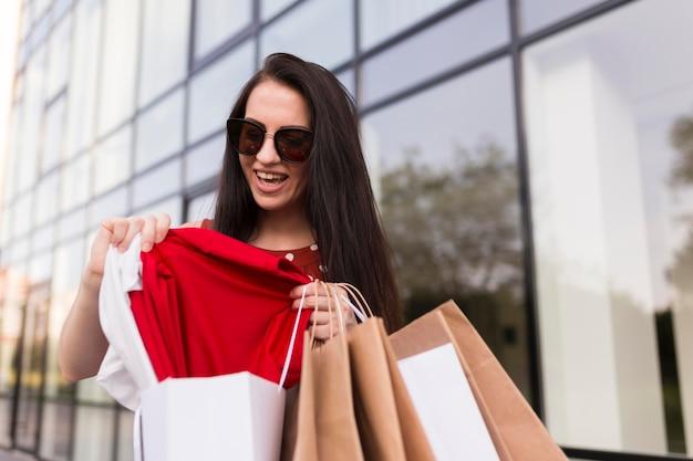 Donna di vista bassa con il concetto di acquisto venerdì nero di borse
