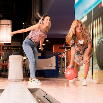 Visione bassa, donne, gioco bowling
