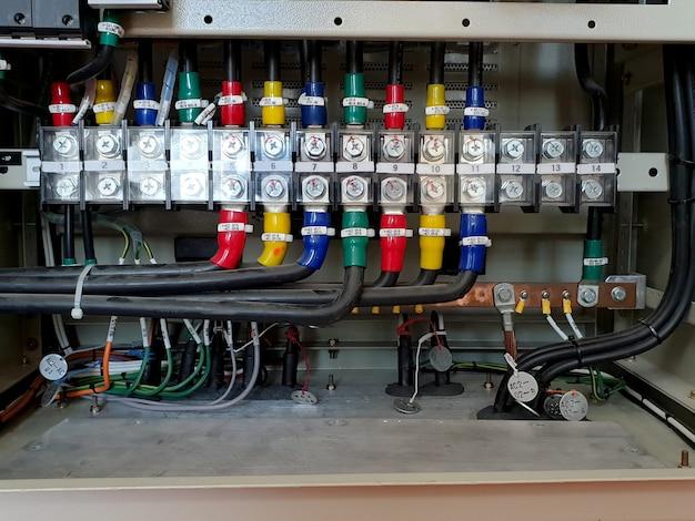 변전소의 ac 보드에서 저전압 케이블 종단
