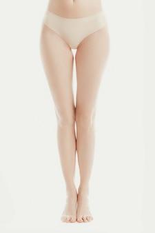 Нижняя часть тела модели в нижнем белье