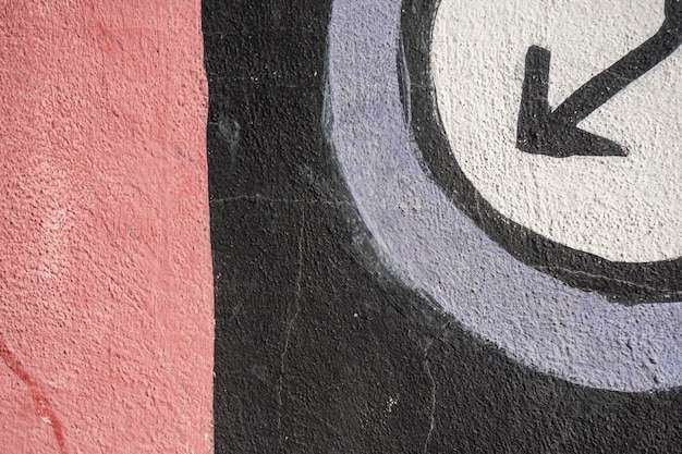 화살표가있는 낮은 낙서 및 빨간색 배경의 검은 색