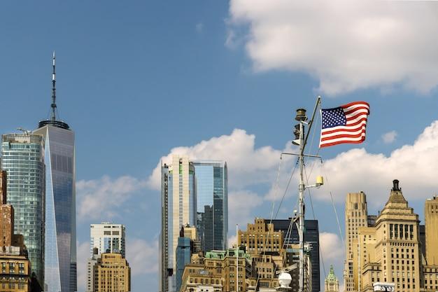 Нижний манхэттен в центре нью-йорка на фоне линии горизонта с городскими небоскребами делового района америки