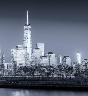 黒と白のロウアーマンハッタンの夜のスカイライン。