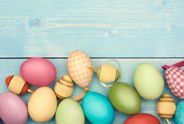 Sezione inferiore riempita con uova di pasqua colorate