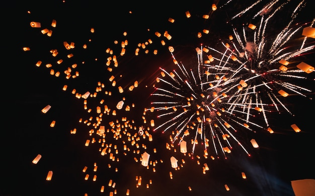 Фестиваль лой кратонг, тайская новогодняя вечеринка с плавающими фонарями в ночном небе