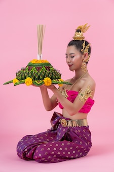 ロイクラトンフェスティバル;装飾された浮力を保持しているタイの伝統的な衣装の女性