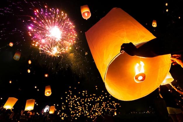 花火祭りloy krathong日にyee peng祭りでフローティングランプ