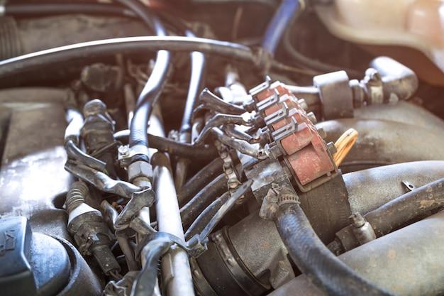 Автомобильные инжекторы сжиженного нефтяного газа в старом автомобильном двигателе нуждаются в обслуживании, газовый инжектор установлен в бензиновом двигателе, чтобы использовать более дешевое альтернативное топливо.