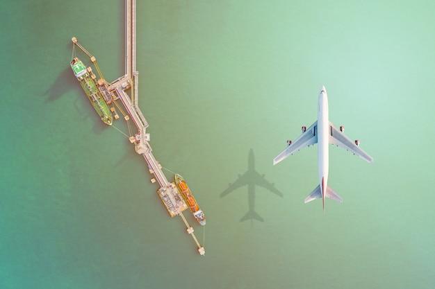 Воздушный транспорт и вид с воздуха грузовое судно бизнес-логистики морского фрахта, танкер сырой нефти lpg ngv в промышленной зоне таиланда / группа нефтяной танкер в порт сингапура - импорт-экспорт