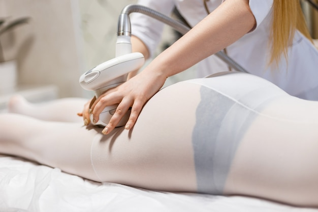 Процедура lpg на ногах крупным планом