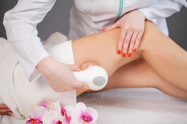Женщина получает lpg массаж для ухода за кожей в салоне красоты