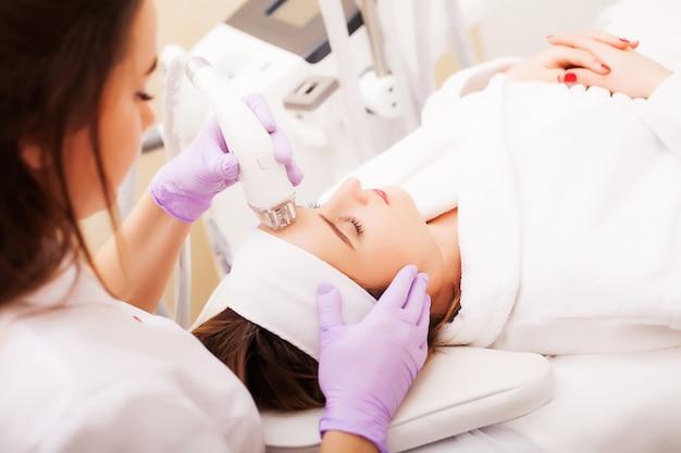 美容クリニックでlpgハードウェアマッサージを受ける女性