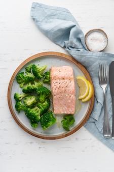 スチームサーモンと野菜、ブロッコリー、パレオ、ケト、lshf、またはダッシュダイエット。地中海料理