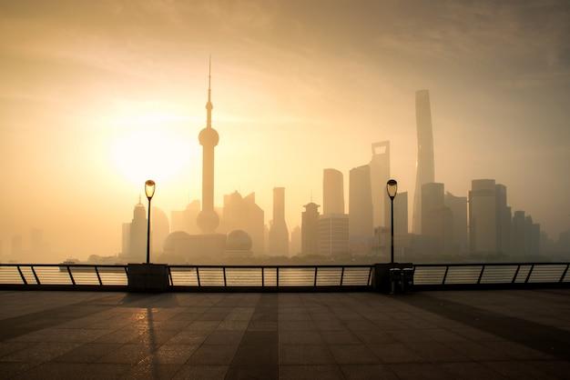 中国上海のluajiazui金融とビジネス地区貿易ゾーンで朝の上海のスカイラインの街並み。