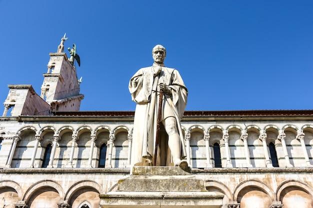 Лукка, италия. памятник возле католической церкви (chiesa di san michele in foro) в лукке.