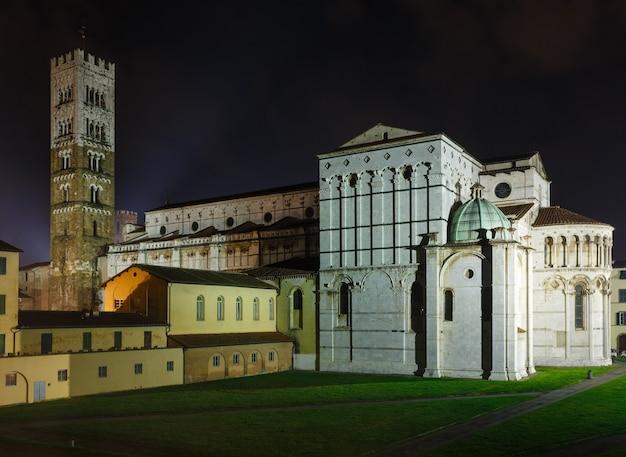 ルッカ(トスカーナ、中央イタリア)の街の夜景。セントマーチンのルッカ大聖堂の裏側と鐘楼。 1063でビルドします。