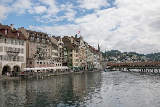 스위스 루체른 - 2017년 7월 3일: 루체른 시내 중심가와 로이스 강(river reuss)의 탁 트인 전망. 여름 풍경, 햇살 날씨, 극적인 푸른 하늘과 화창한 날