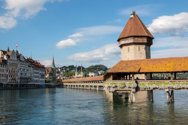 スイス、ルツェルン-2017年7月3日:有名なカペル橋とルツェルン湖、ロイス川があるルツェルンの市内中心部のパノラマビュー。夏の風景、太陽の光の天気、劇的な空と晴れた日