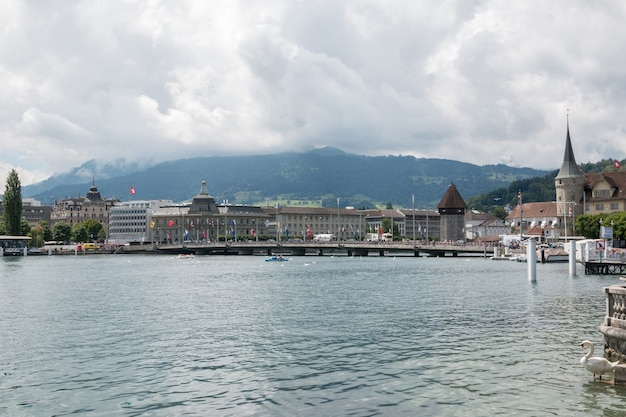 루체른, 스위스 - 2017년 7월 3일: 루체른 호수, 산 및 도시 루체른, 스위스, 유럽에서 볼 수 있습니다. 여름 풍경, 햇살 날씨, 극적인 푸른 하늘과 화창한 날