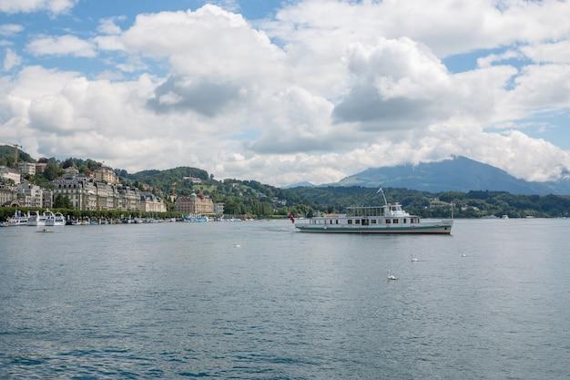 루체른, 스위스 - 2017년 7월 3일: 호수, 산, 도시 루체른, 스위스, 유럽에서 볼 수 있습니다. 여름 풍경, 햇살 날씨, 극적인 푸른 하늘과 화창한 날