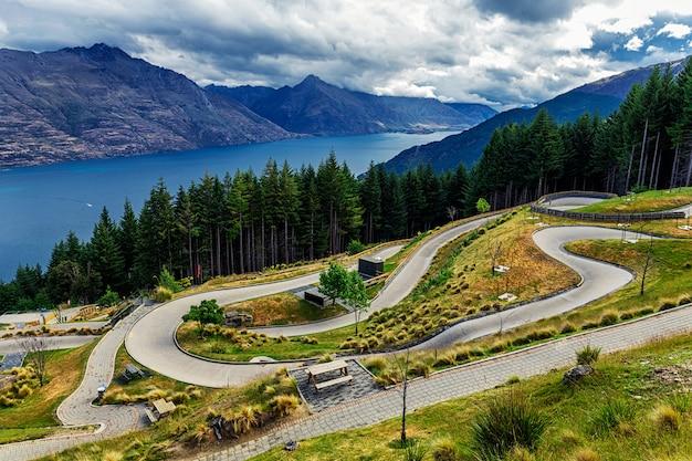 Санный путь на горе в квинстауне с красивым озером вакатипу и видом на горы