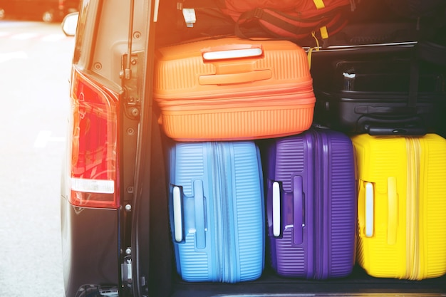 수하물 수하물 다채로운 많은 및 배낭 스택 트렁크