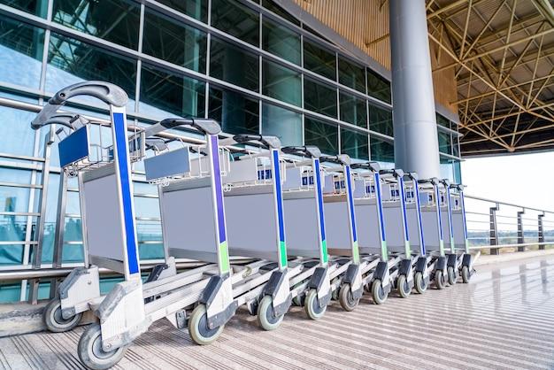 공항에서 수하물 카트가 잘 정리되어 있습니다.