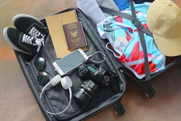 Багаж с одеждой и аксессуарами, упаковка и подготовка к отъезду, путешествия