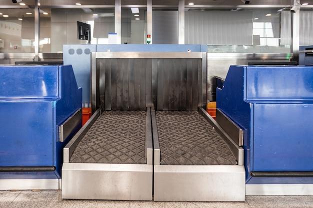 空港の入国審査場でのセキュリティの荷物x線スキャナーコンベヤーベルト
