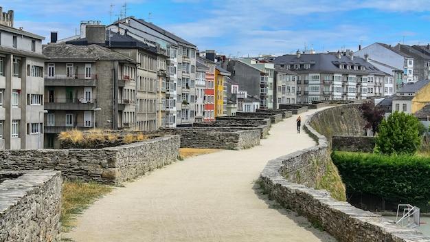 도시의 집 옆에 있는 루고 중세 벽. 갈리시아.