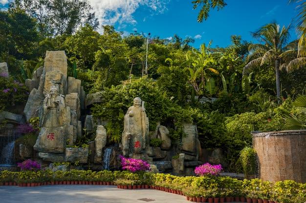 Национальные скульптуры у входа в парк luhuitou