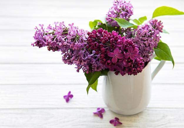 Цветы luilac в вазе, изолированные на белом фоне
