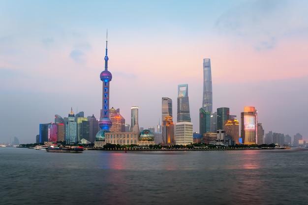 Шанхайский горизонт в центральном бизнес-центре lujiazui pudong в шанхае, китай
