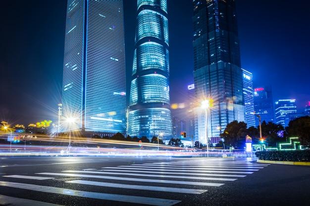モダンな都市の夜の背景の上海lujiazui財務と貿易ゾーン