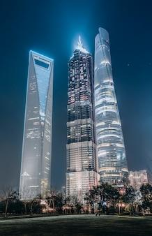 Ночная точка зрения городской архитектуры в lujiazui, шанхай