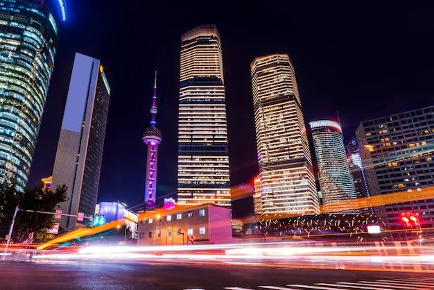 Шанхай lujiazui небоскреб и нечеткие автомобильные огни