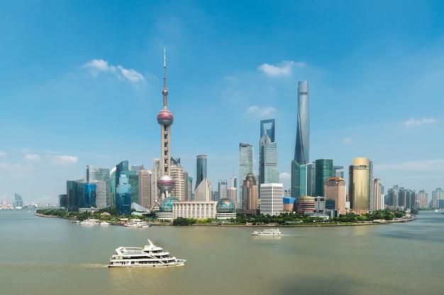 Горизонт торговой зоны финансов и делового района шанхая lujiazui с круизным судном, шанхаем китаем